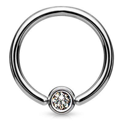 Ring aus Titan mit einem Stein